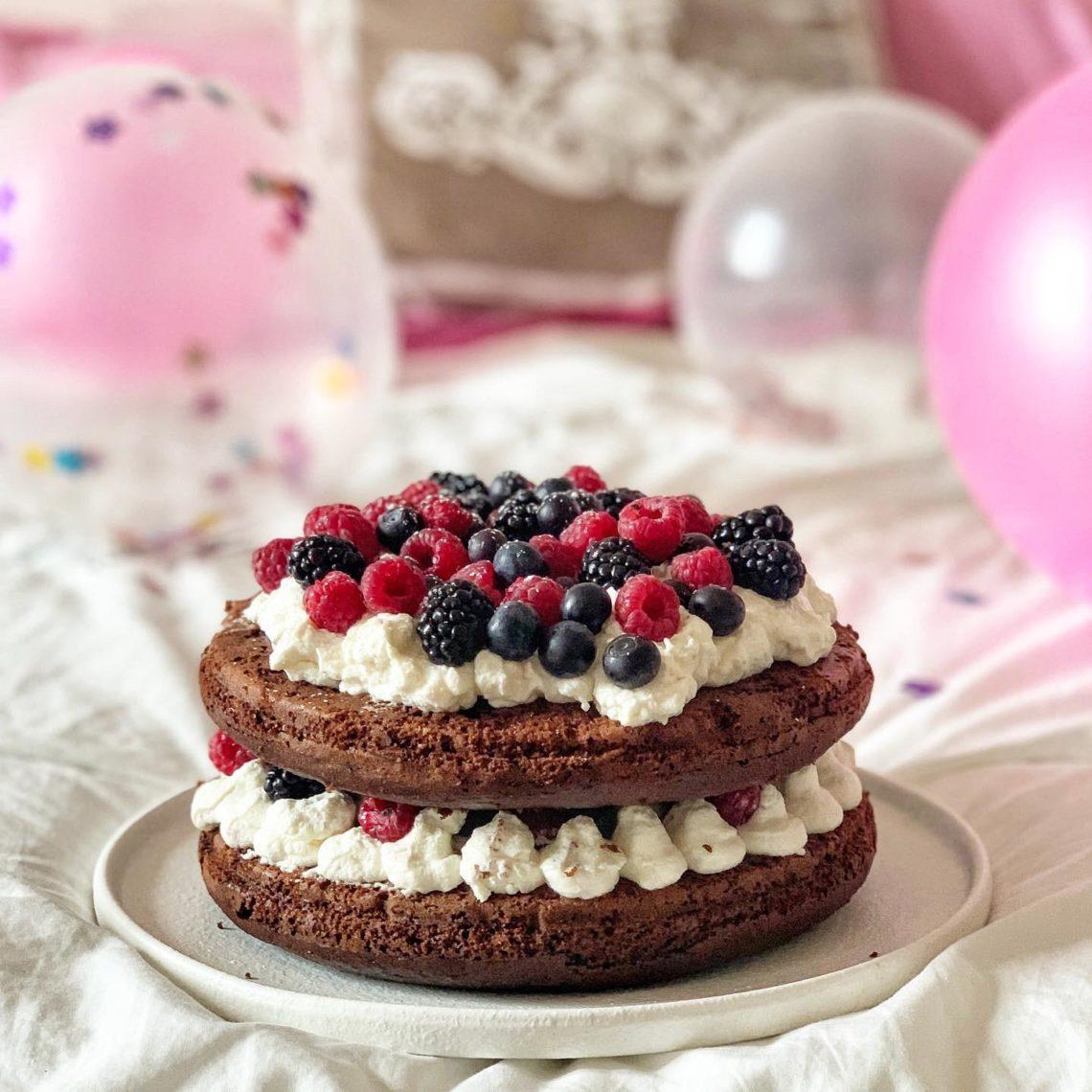 Naked cake al cioccolato con frutti di bosco e spalmabile gold